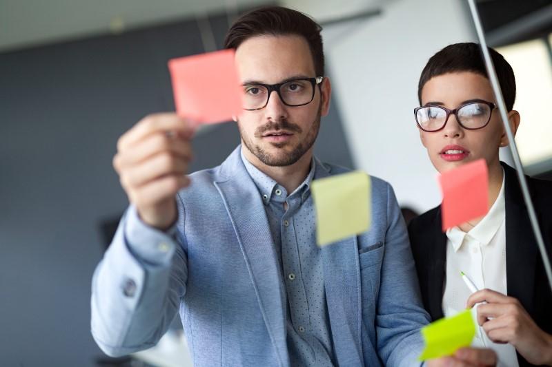 Business People Meeting At Office And Use Post It Lfevmrg Min - Porto Lemes - Segmentação de Mercado: Conheça 03 estratégias muito eficientes!